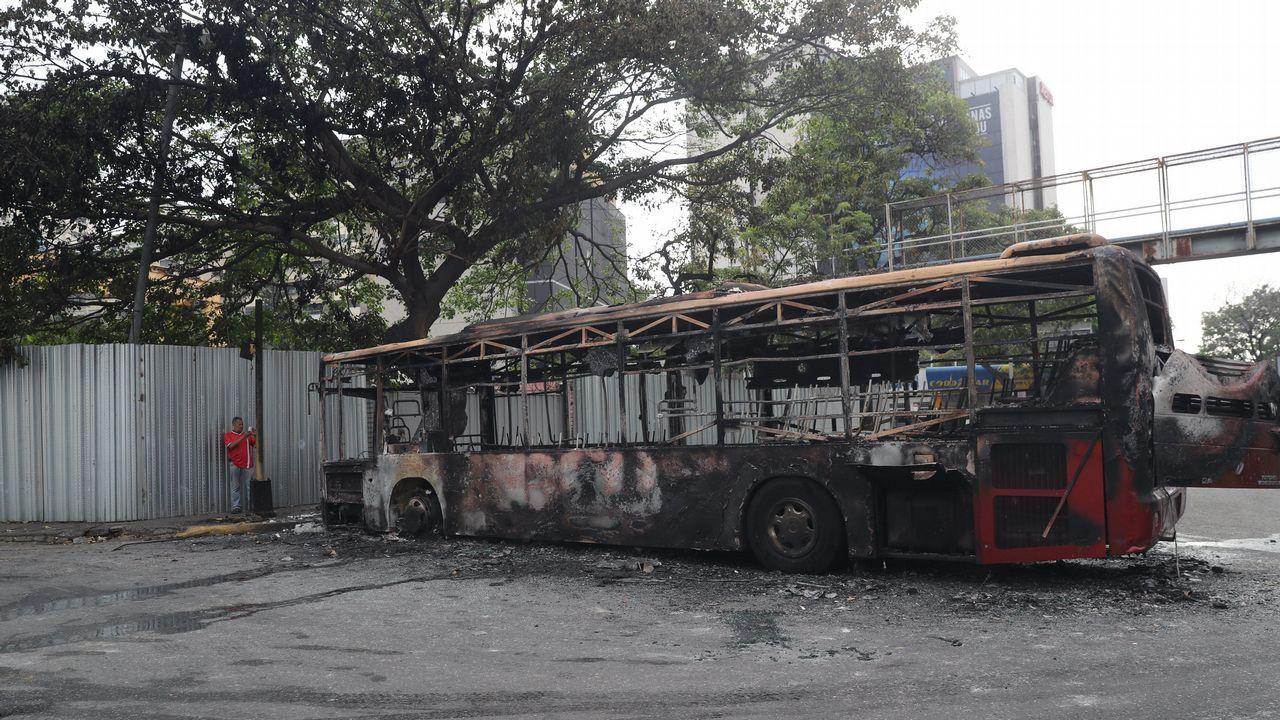 Restos de un autobús quemado durante los enfrentamientos del martes entre partidarios de Maduro y de Guaidó