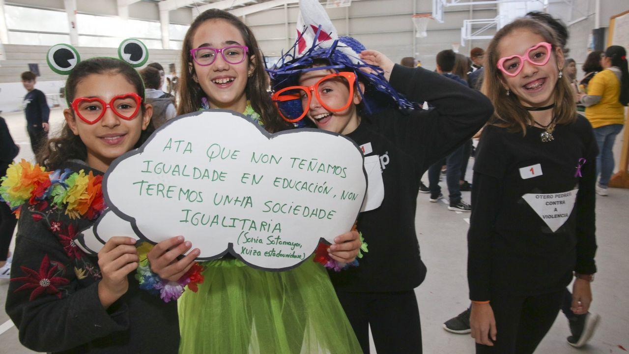 A regueifa dos alumnos do CEIP do Carballal de Marín.Permuy, retratado con el libro de historia de la aviación militar española en el que ha colaborado