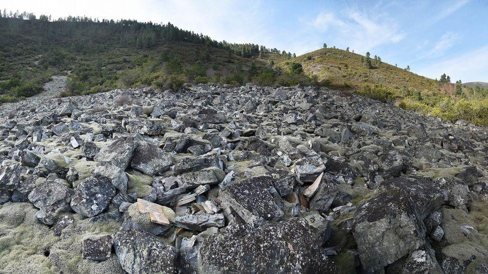 El pedregal de As Barxas —una morrena glaciar— se extiende por la ladera del monte de A Medorra