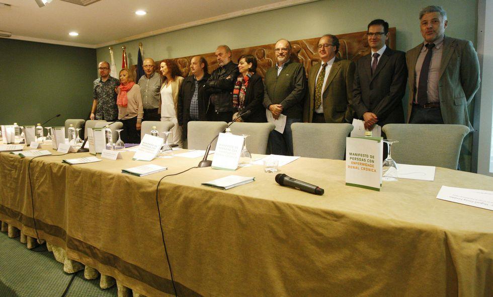 Ourense celebra el día del voluntariado.Cándido Díaz (derecha) con otros nefrólogos gallegos y representantes de Alcer, ayer.