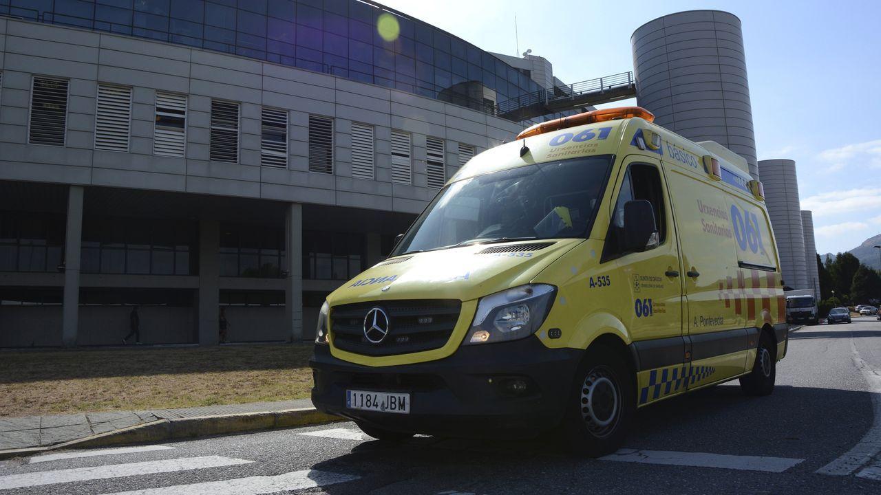 Una ambulancia, circulando por el entorno del Hospital Montecelo, en Pontevedra