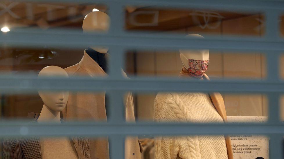 alumnos, estudiantes, universitarios.Un comercio cerrado en Oviedo