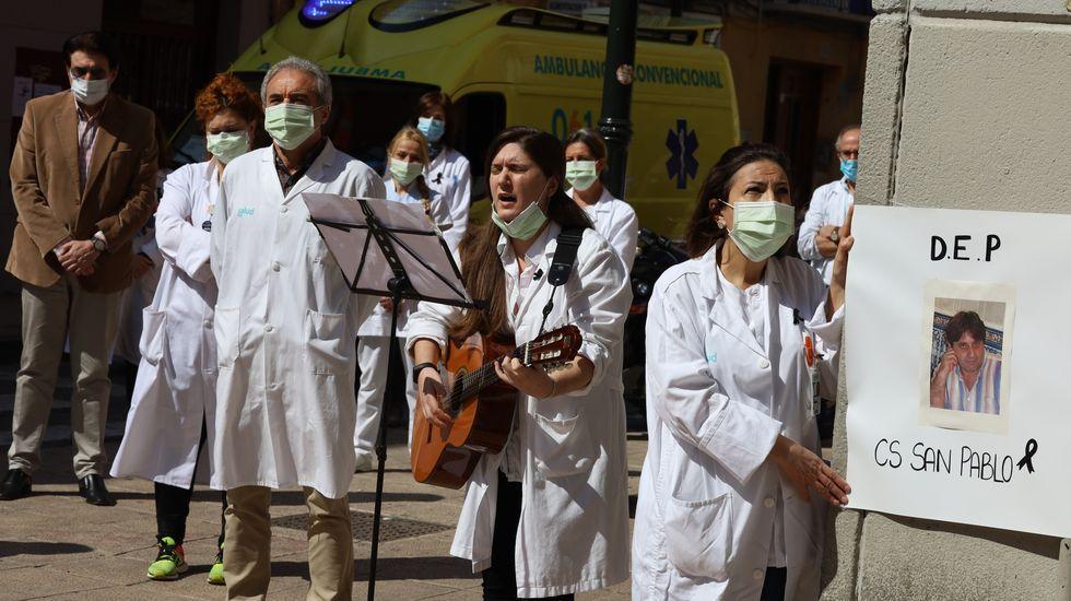Los sanitarios del centro de salud San Pablo de Zaragoza hicieron ayer un pequeño homenaje en honor a un compañero muerto por Covid-19, el médico José Luis San Martín Izcue, fallecido a los 55 años. Es el 15.º médico de primaria en morir del total de 24 facultativos (y 31 sanitarios)