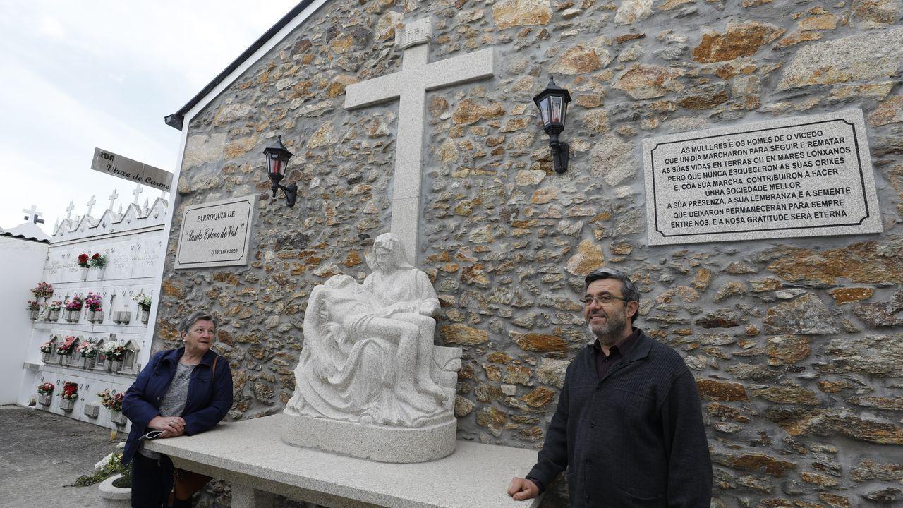 Dolores Lamelas e Manuel Salgueiro, colaboradores da parroquia, mostran a imaxe da Piedade colocada para homenaxear aos emigrantes que non puideron volver