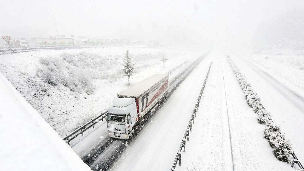 La autovía A-6, cubierta de nieve a la altura de la salida de O Corgo