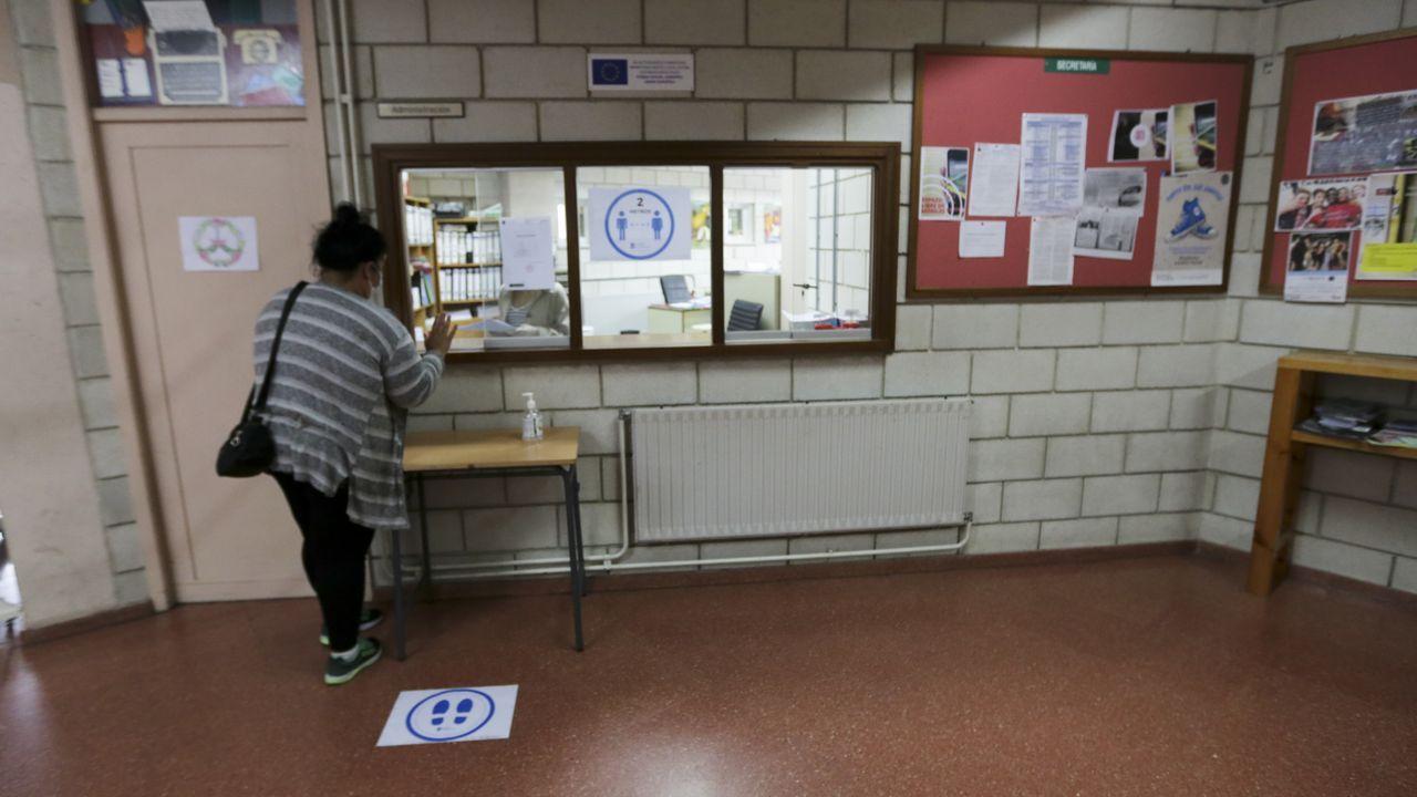 Señales marcando las distancias de seguridad en el  IES Rafael Dieste para la vuelta a las aulas tras el confinamiento