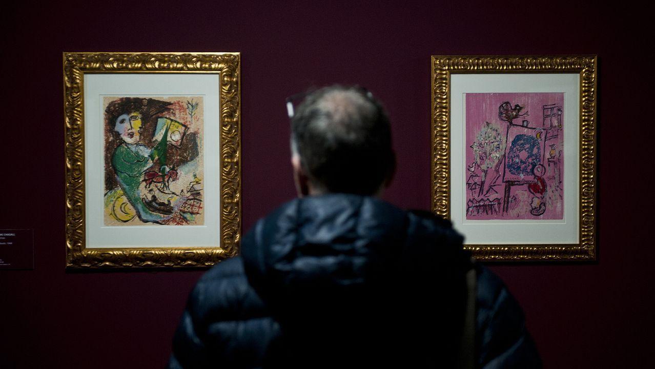 El Pórtico, al detalle,en la«app» de la Fundación Barrié.Un visitante contempla dos de las obras de Chagall expuestas en la Fundación Barrié
