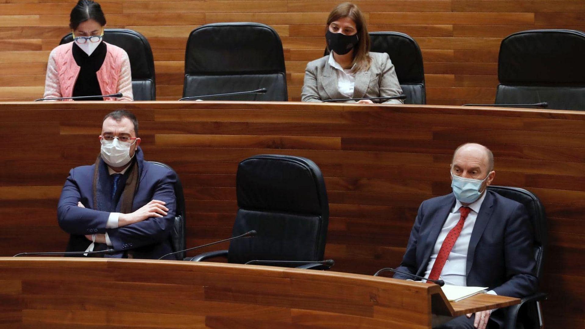El presidente del Principado, Adrián Barbón, y el vicepresidente y consejero de Administración Autonómica, Medio Ambiente y Cambio Climático, Juan Cofiño, durante el pleno de la Junta