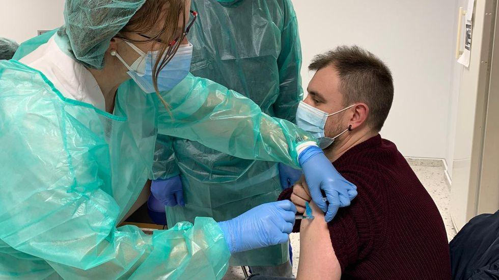 Diego López Rodríguez, trabajador de las ambulancias del 061, fue el primero en recibir la vacuna esta mañana en el hospital de Monforte