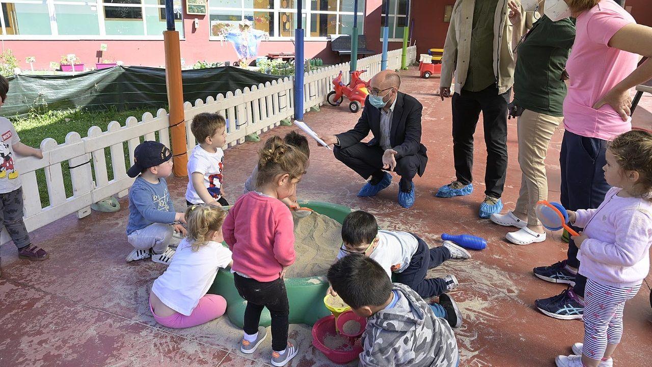 El director xeral de Infancia, Familia y Dinamización Demográfica visitando la escuela infantil de Elviña este lunes