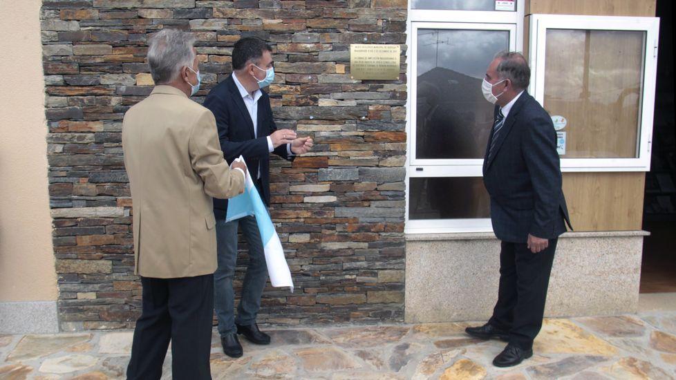 El alcalde de Quiroga, Julio Álvarez, el conselleiro de Cultura, Román Rodríguez, y el geólogo Juan Ramón Vidal Romaní, descubren la placa conmemorativa de la ampliación del museo