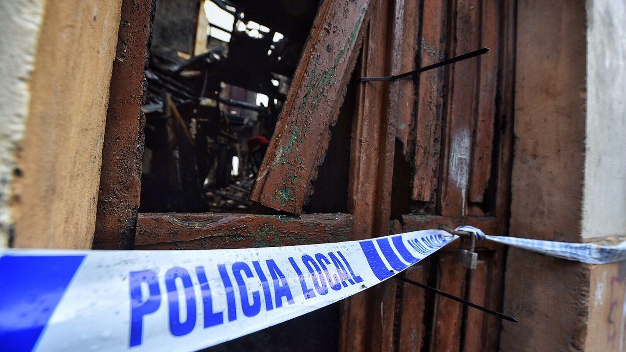 Las imágenes de la vivienda arrasada por el fuego en la calle San Luis.Nuria y Miguel, al salid del juicio en Vigo por amenazar a sus okupas