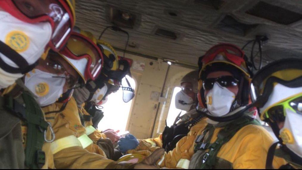 Carme Fernández, vecina de Laza, hace mascarillas caseras y algunas de ellas se las regaló a sus vecinos.Los bomberos forestales de la brigada helitransportada BRIF de Laza.