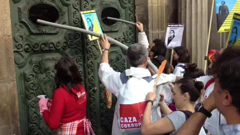 Los indignados «limpian» la Diputación de Ourense.El colectivo reprocha un trato desigual al funcionariado.
