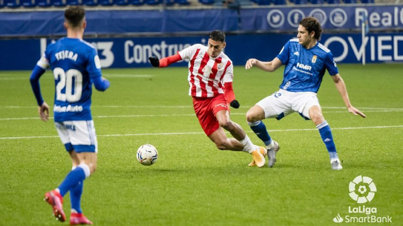 Leschuk disputa un balón ante Costa