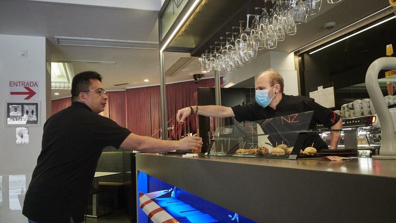 Los establecimientos hosteleros ya pueden utilizar las barras.Cartel en la residencia San Carlos