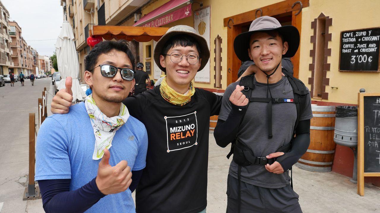 Estos tres amigos surcoreanos se llaman todos Kim. Hacen el Camino porque les han hablado maravillas de España. «Es un reto» aseguran. A la dificultad de la gesta se une el problema del idioma. Solo uno de ellos habla inglés