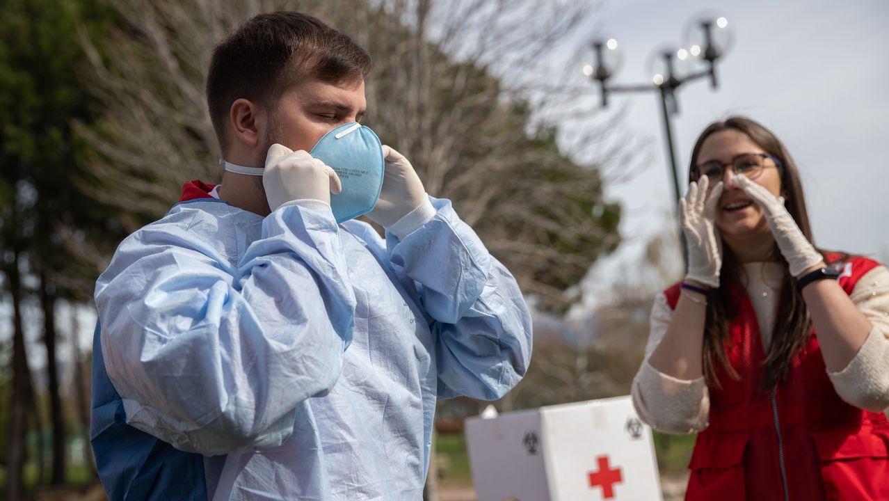 Miembros de la Cruz Roja explican las medidas de autoprotección al personal de Emergencias en Madrid