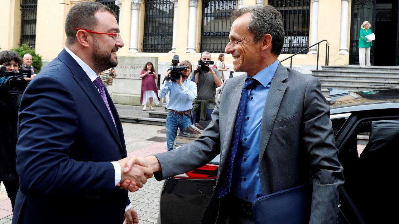 El presidente del Principado de Asturias, Adrián Barbón,iz., y el ministro de Ciencia, Innovación y Universidad en funciones, Pedro Duque