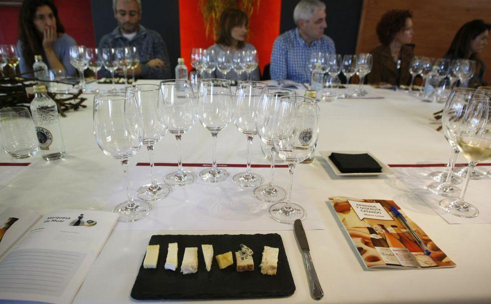 Antes del «showcooking» hubo una cata de vinos y quesos europeos.