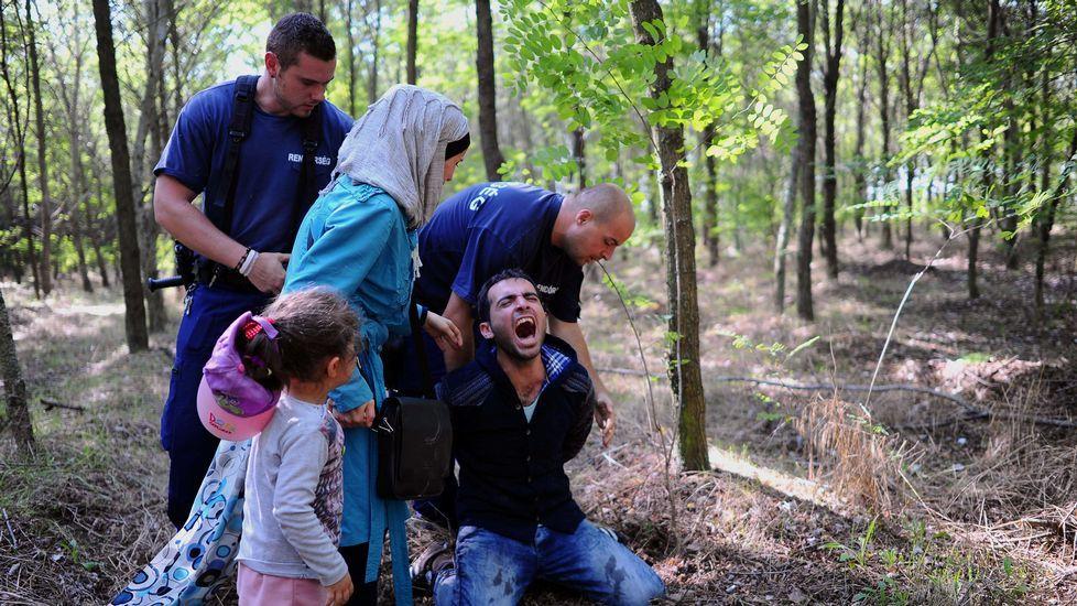 El padre de una familia de inmigrantes es arrestado por la policia local en la frontera entre Serbia e Hungria