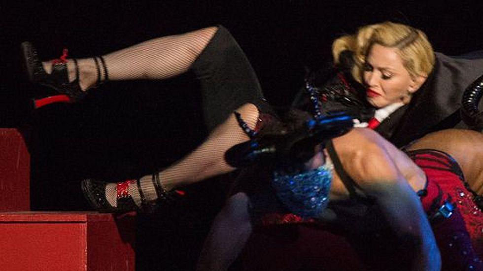 El vídeo de la caída de Madonna en los BritAwards.¿Estrategia o accidente? Sea como sea, Madonna se ha convertido en una de las protagonistas indiscutibles de la semana tras sufrir una aparatosa caída durante su actuación en los Brit Music Awards. La reina del pop rodó escaleras abajo debido a un fallo con el vestuario, pero no son pocas las voces que apuntan a un error calculado para volver a estar en boca de todos.