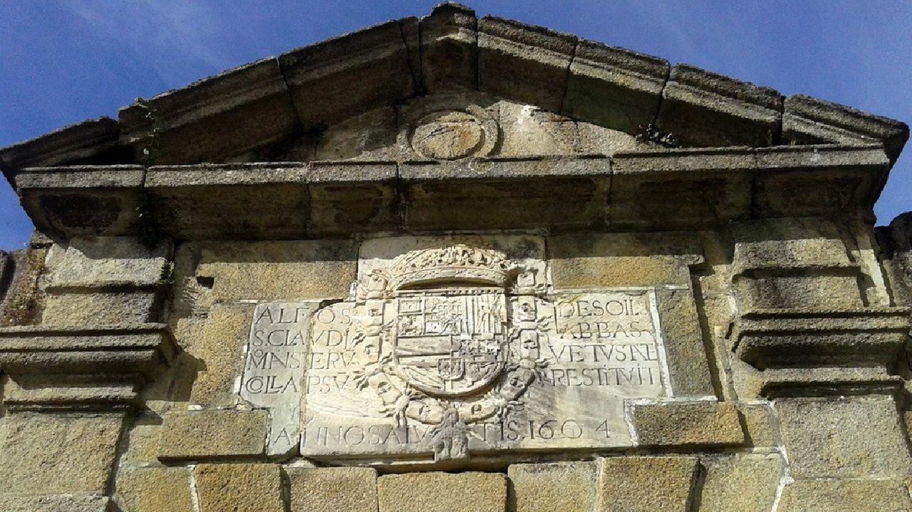 Ruinas del monasterio de San Clodio de Ribas de Sil.El alcalde José Luis Maceda recogió dos placas con códigos QR que le fueron entregados por los alumnos para ser instaladas en la ruta