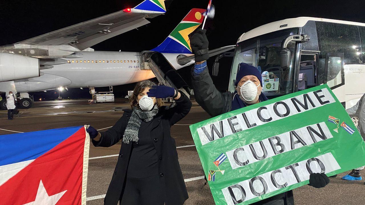 Los médicos cubanos fueron recibidos con pancartas de bienvenida en el aeropuerto