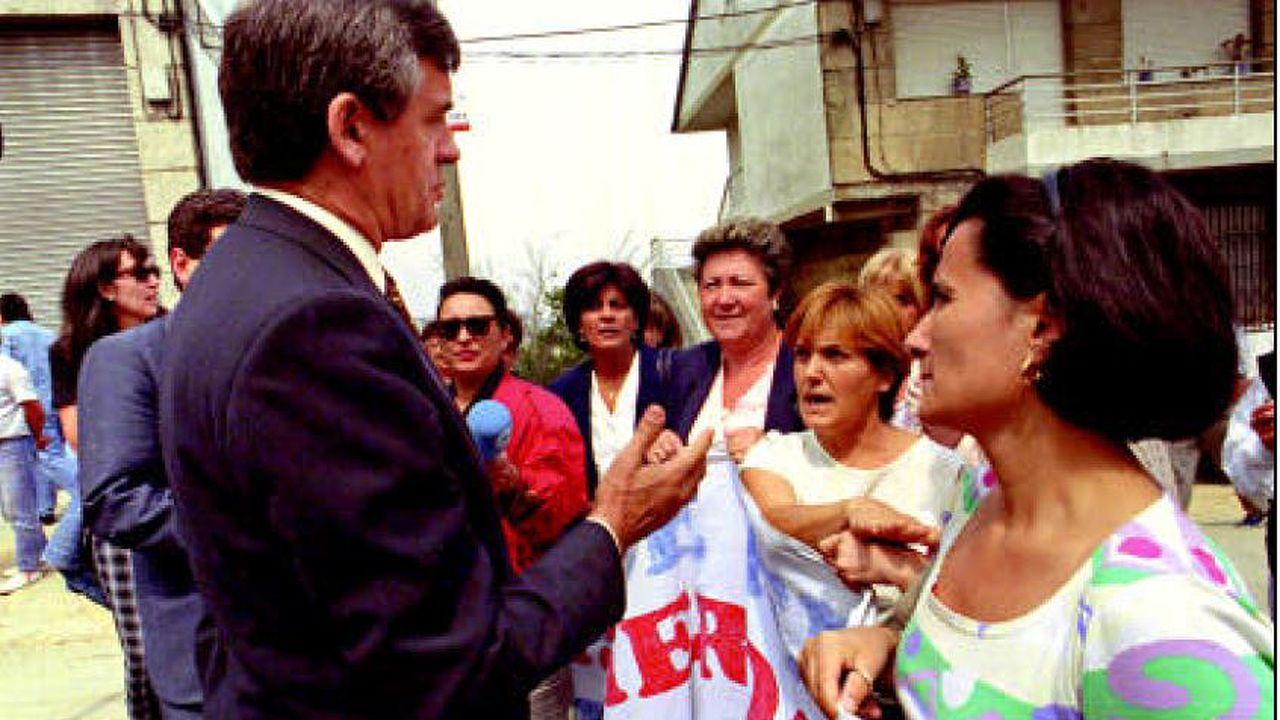 Manuel Soto, una vida dedicada a Vigo.Personal del ambulatorio de Betanzos atendiendo las solicitudes de citas