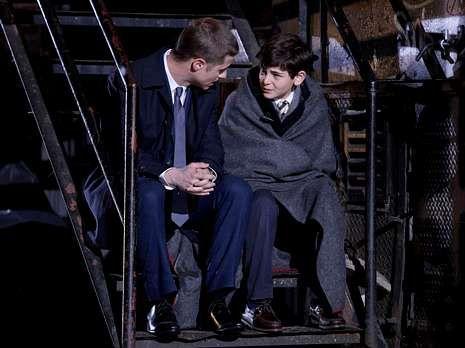 El comisario Jim Gordon y el pequeño Bruce Wayne.
