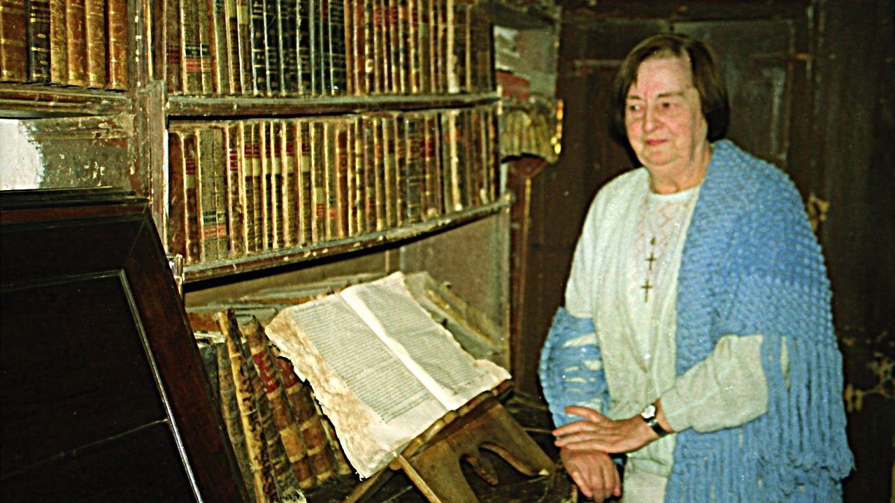 Dolores Pérez-Labarta Pillado, la última habitante del viveirense Pazo de Grallal, en la biblioteca del edificio, de siglo XVI y recién vendido