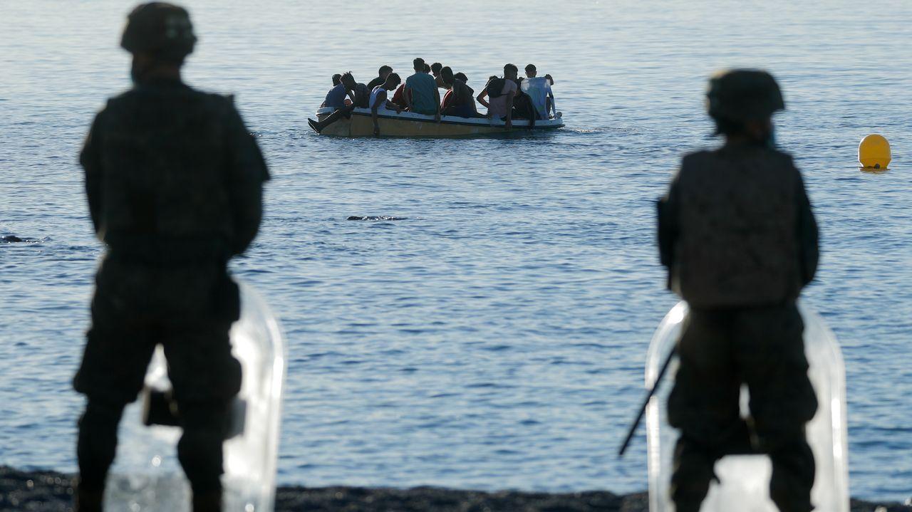 Legionarios vigilan la playa del Tarajal, Ceuta, cerca de la frontera entre España y Marruecos