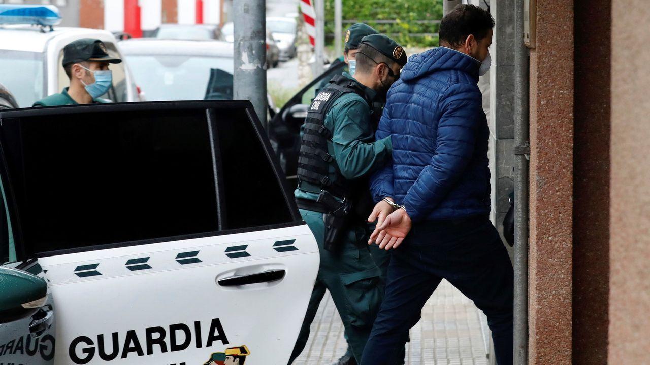 El argelino K.M. (d), de 42 años, es escoltado por la guardia civil mientras es puesto a disposición del Juzgado de Llanes, este jueves. El argelino, investigado como uno de los dos presuntos autores de la muerte del concejal de IU en Llanes, Javier Ardines, fue extraditado desde Suiza, donde se encontraba en prisión por otros delitos.