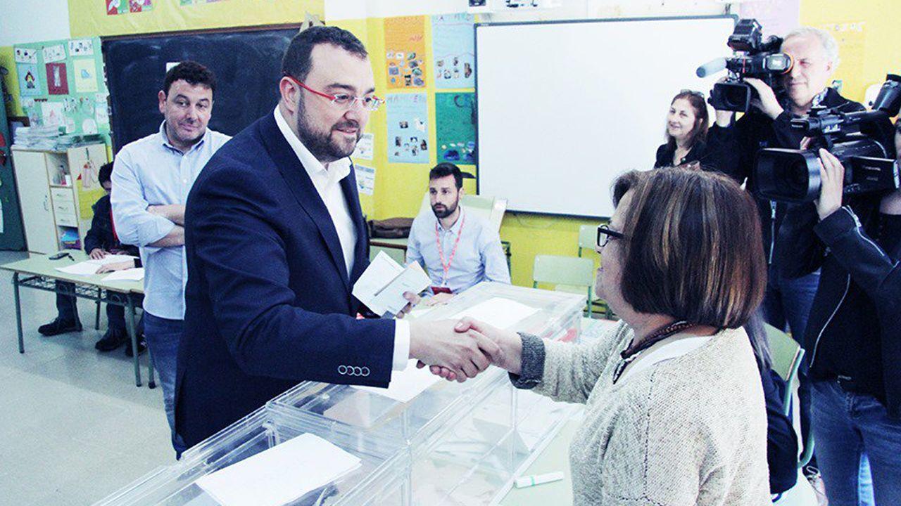 Los candidatos asturianos votan.La presidenta de una mesa electoral de Arahal (Sevilla) amamanta a su hijo durante la votación