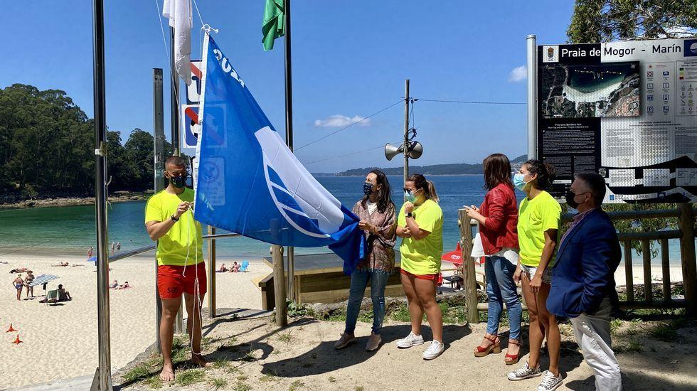 Izado de la bandera azul en la playa de Mogor, en Marín