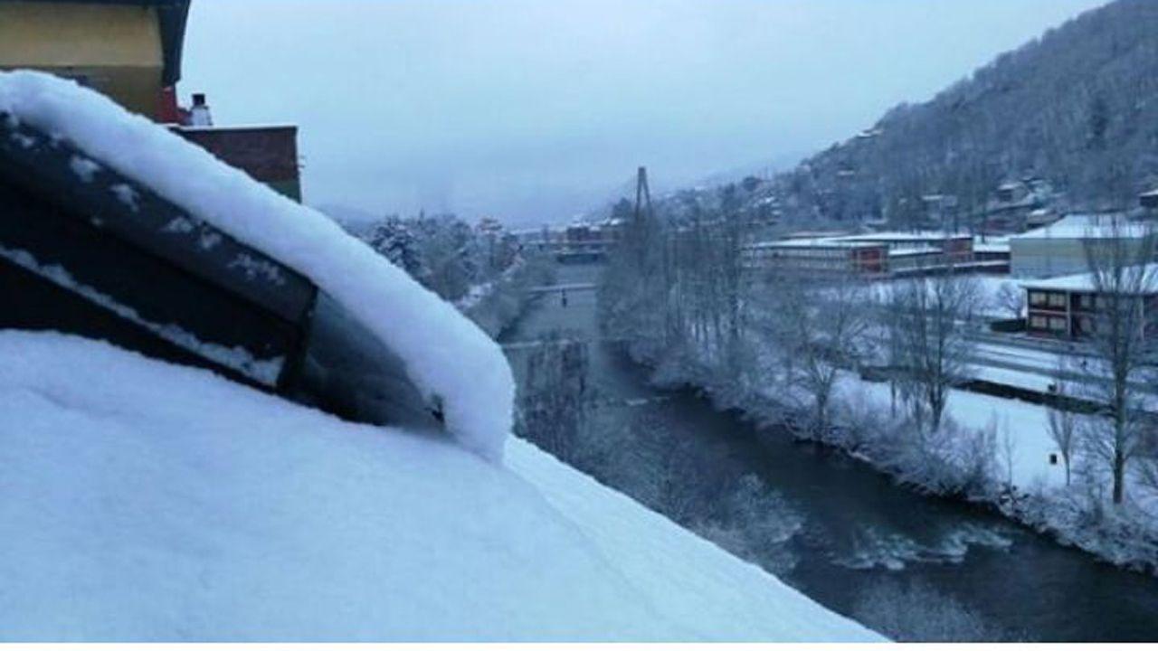 Nieve en Oviedo.Sama de Langreo también ha amanecido nevada