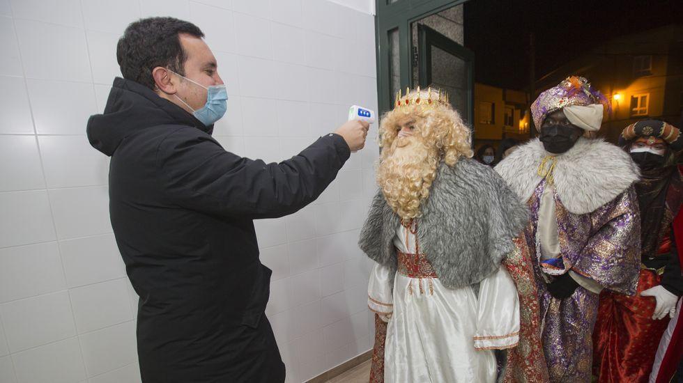 Cabalgata y recepción en Muxia. El alcalde, Iago Toba, se encarga de tomar la temperatura a la gente antes de entrar en la sala A Camposa
