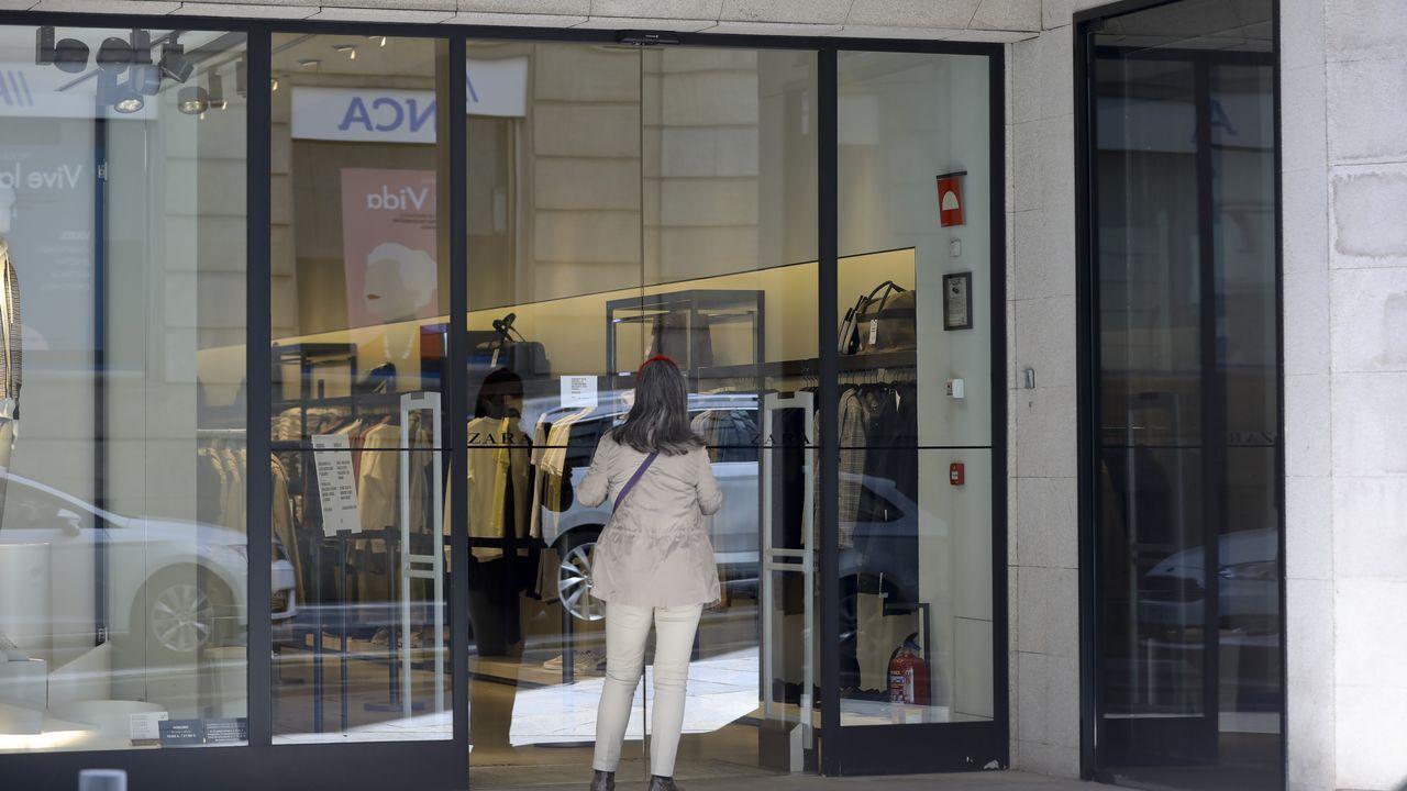 El Zara de moda hombre en el cruce entre Montero Ríos y la Plaza de Galicia ha sido, junto con otros dos establecimientos en A Coruña, de los primeros en reabrir en la comunidad. La semana que viene otras tiendas del grupo textil levantarán la persiana en Galicia