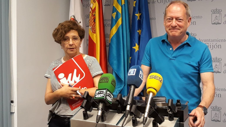 Concentración en Riosa para condenar las amenazas a los concejales de IU.Ana Castaño y Aurelio Martín