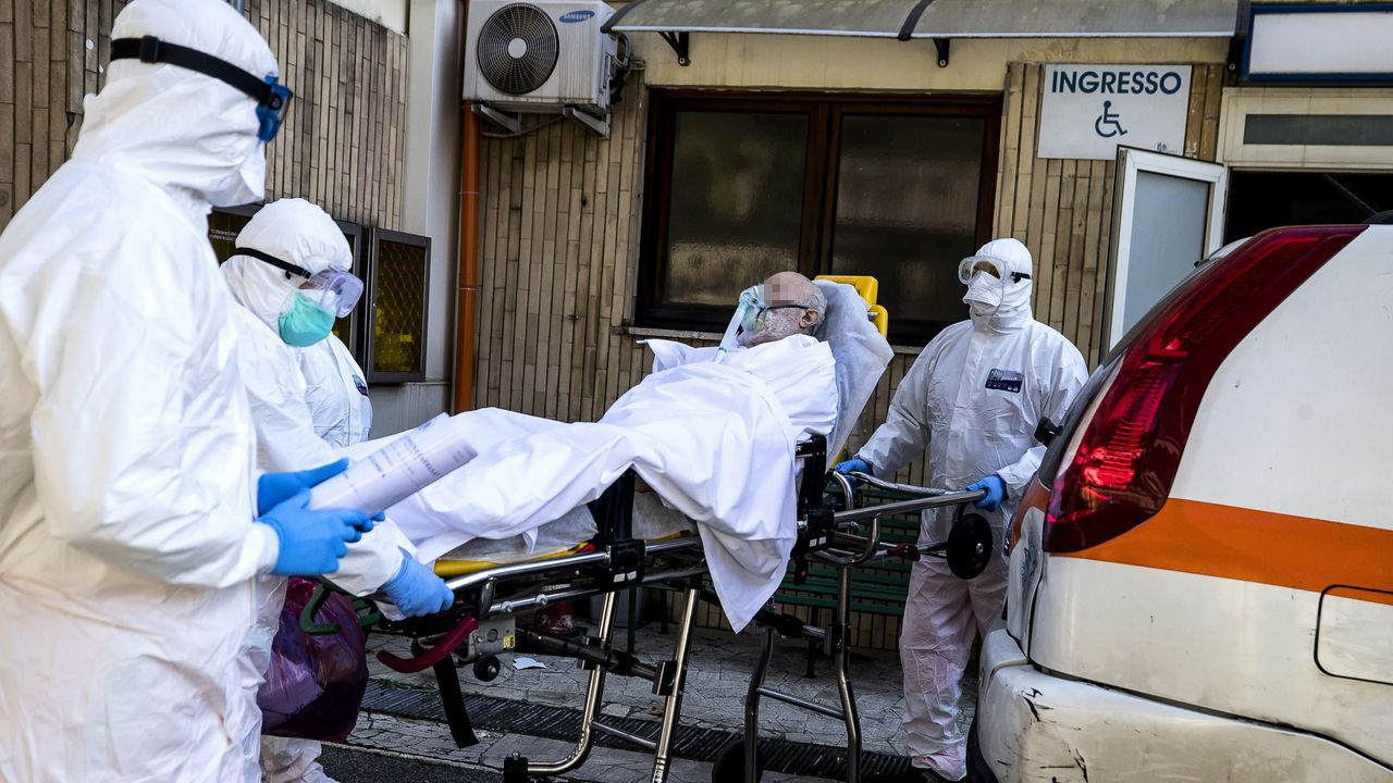 Traslado de un enfermo infectado por el coronavirus, este jueves en Roma