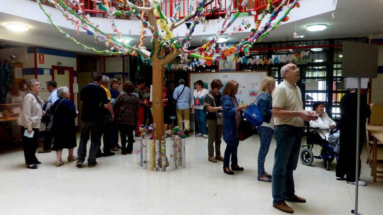 Manifestación convocada por la asociación Jusapol por la equiparación salarial de los policías.Votantes en un colegio electoral de Gijón durante las elecciones municipales de 2015