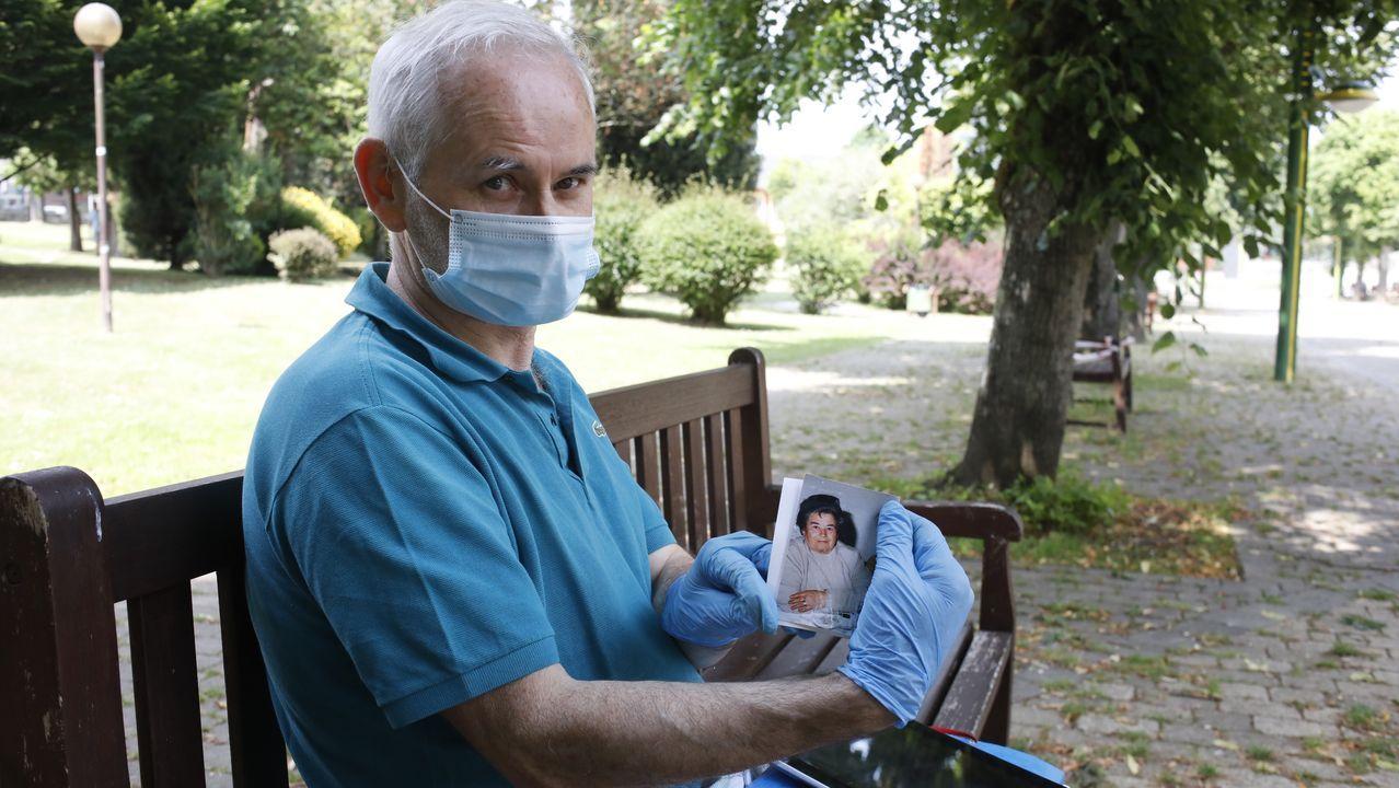 Imagen de archivo de personal de enfermería antes de utilizar  un equipo de diagnóstico