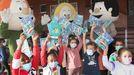 «Os Bolechas e o mar» se presentó en los colegios de Burela, donde entregaron ejemplares de la publicación a los pequeños