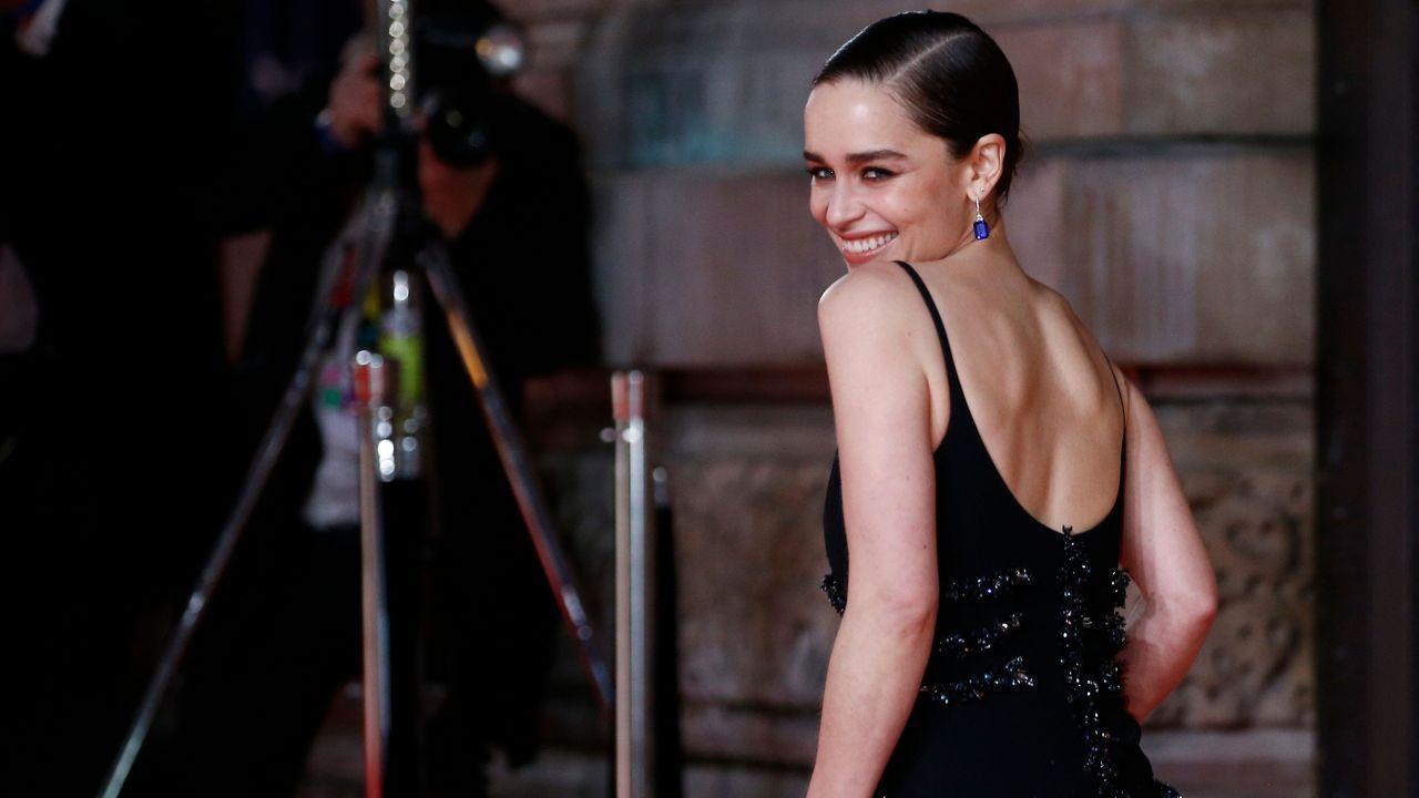 Emilia Clarke sonríe a su llegada al Royal Albert Hall