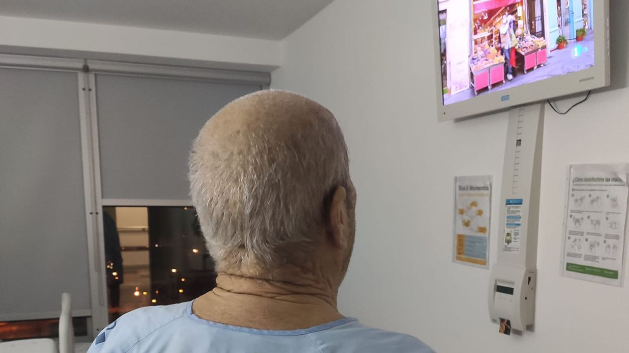 Paciente del HUCA viendo la televisión