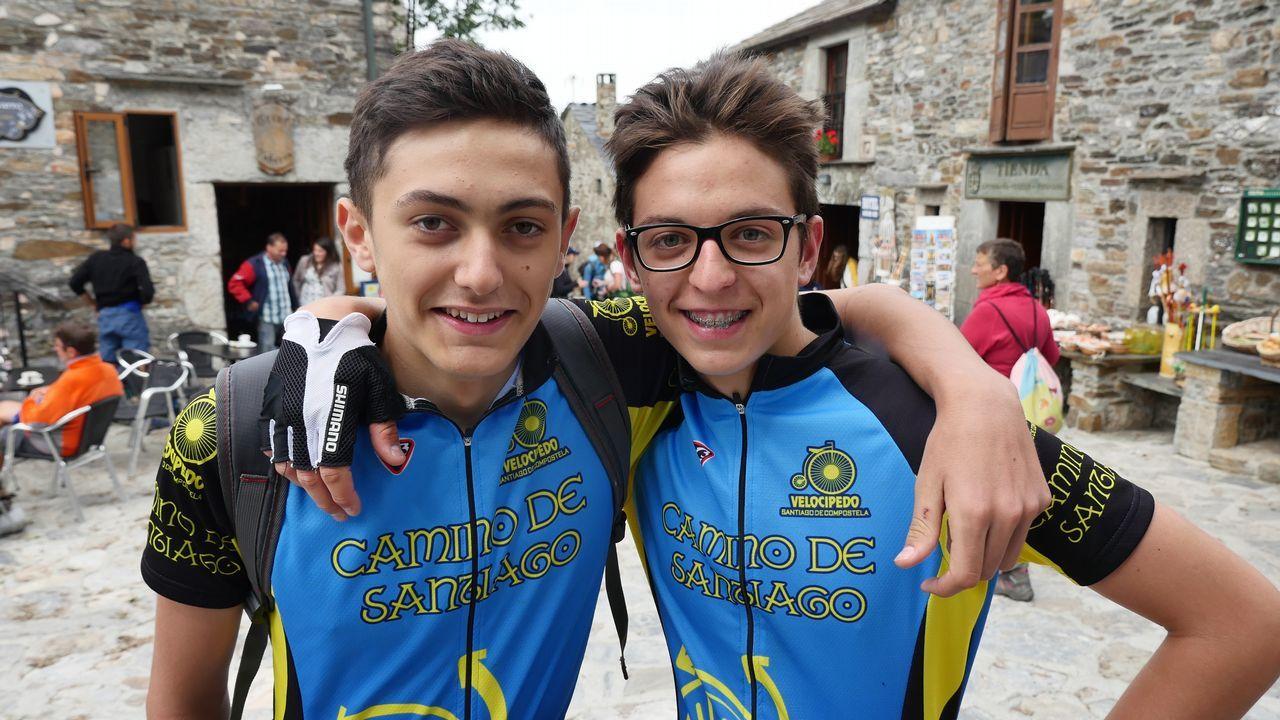 Dos amigos de Bilbao en O Cebreiro. Ellos también quieren llegar en bici al Obradoiro