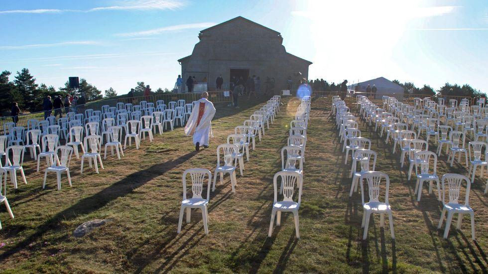 El párroco de Requeixo, Xabier Diéguez, se dirige a la ermita entre las sillas colocadas para las misas de campaña