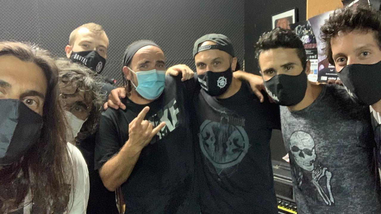 La banda pontevedresa Malkeda, con el triatleta Javier Gómez Noya (segundo por la derecha)