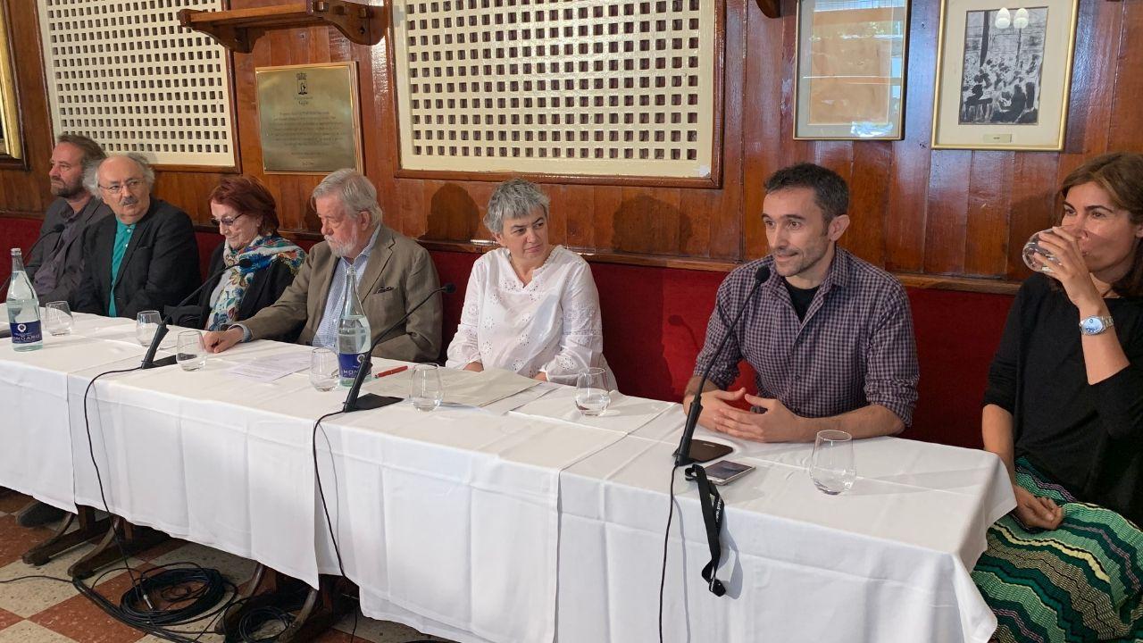 Presentación del ganador del premio de novela Café Gijón (segundo por la derecha), hoy, en Madrid