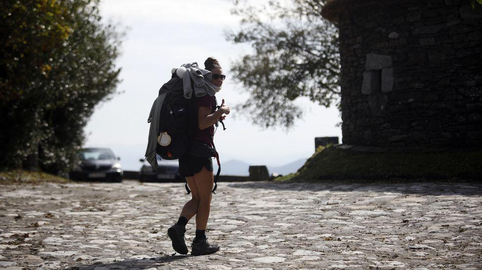 Una peregrina, ese verano en el tramo del Camino de Santiago que pasa por la aldea de O Cebreiro